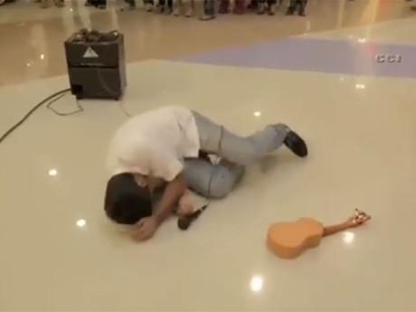 Девушка нокаутировала гитарой парня, сделавшего ей предложение в торговом центре Дубаи (ВИДЕО)