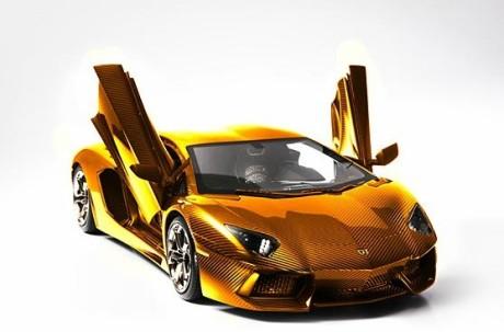 Модель золотого Lamborghini Aventador LP 700-4 в масштабе 1:8.
