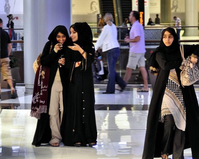 наряд женщин в Дубае под черной накидкой