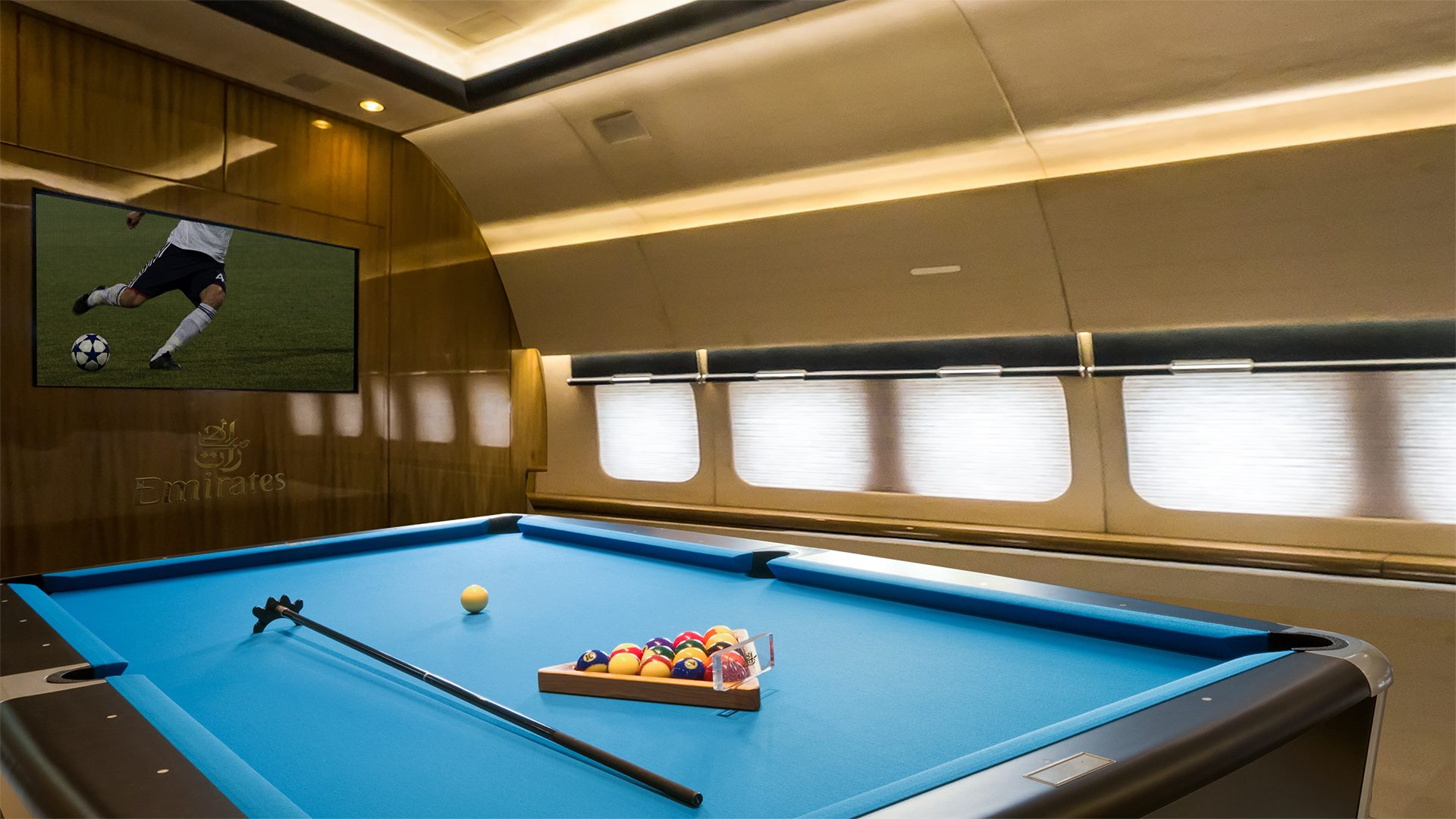 Emirates запустит трехэтажный лайнер с бассейном и парком
