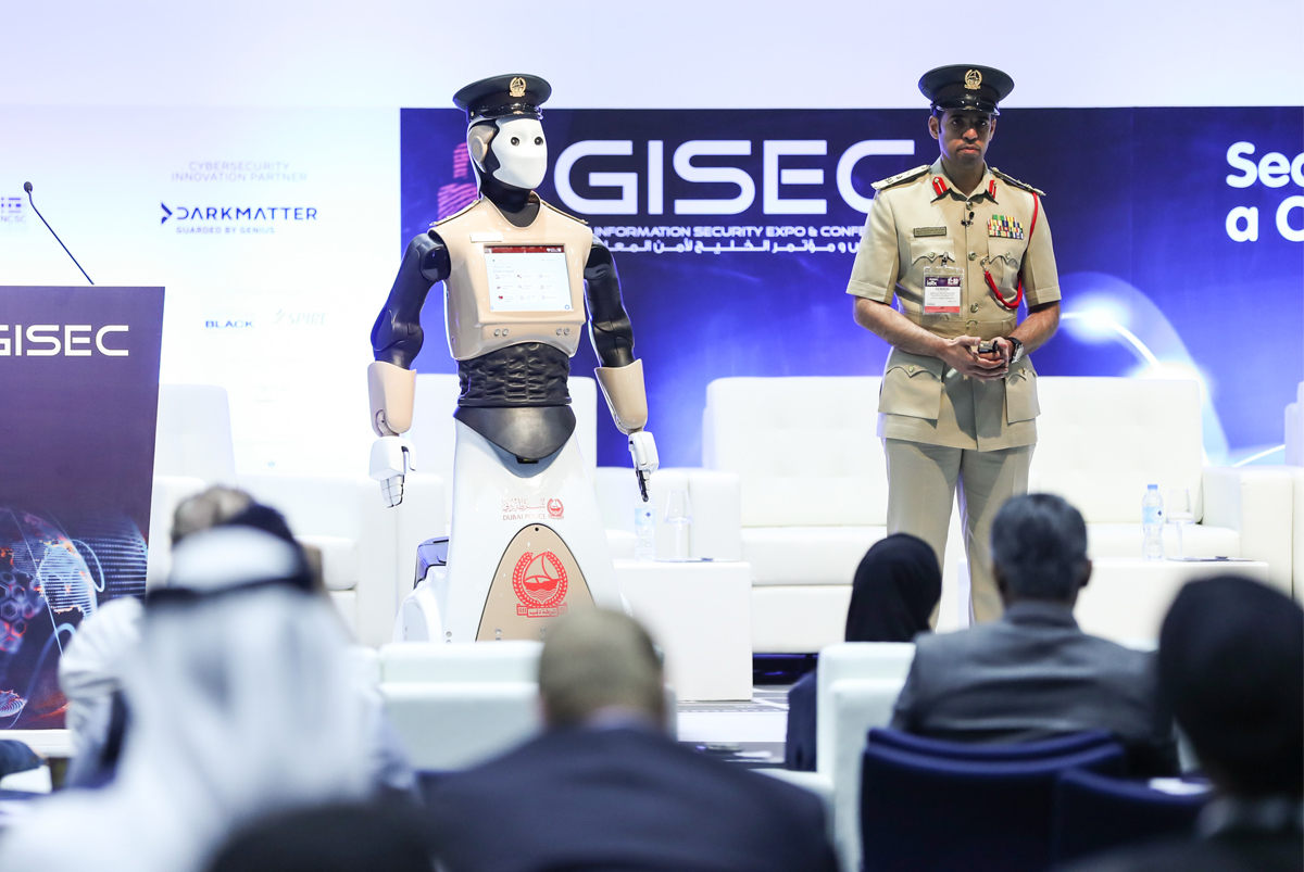 Первый в мире робот-полицейский поступил на службу в Дубае
