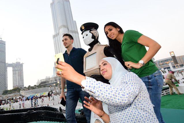 Видео: Робокоп вышел на патрулирование улиц Дубая