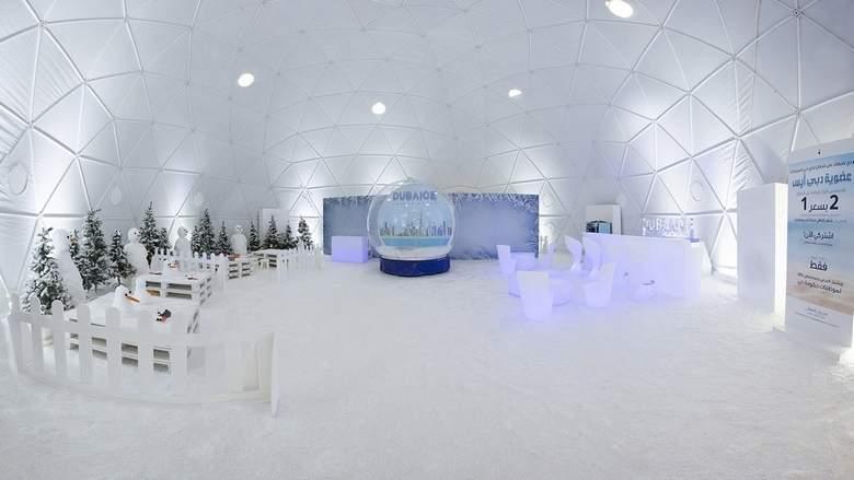 На пляже Дубая установили снежный спа-центр