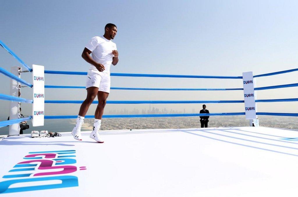 Видео: Знаменитый боксер провел тренировку на крыше Burj Al Arab