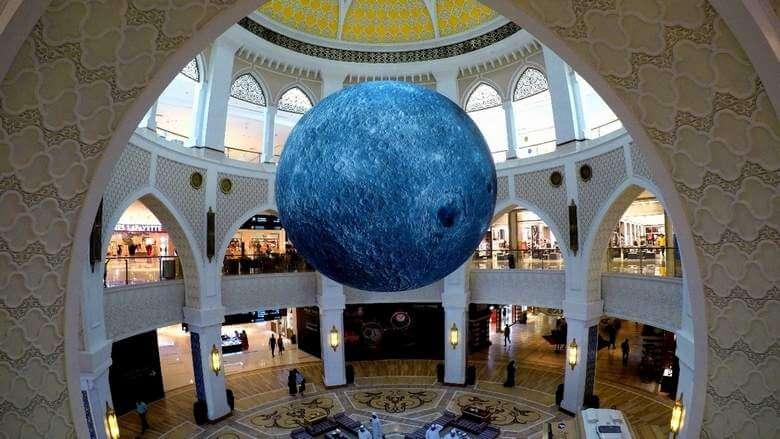 В торговом центре Дубая появилась гигантская Луна