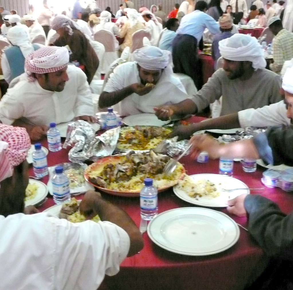 этикет за столом в Дубае