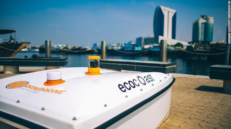 В Дубае акула-дрон собирает мусор
